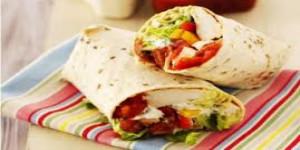 Wraps au poulet et poivrons rôtis, salade et tomates diététique mardi